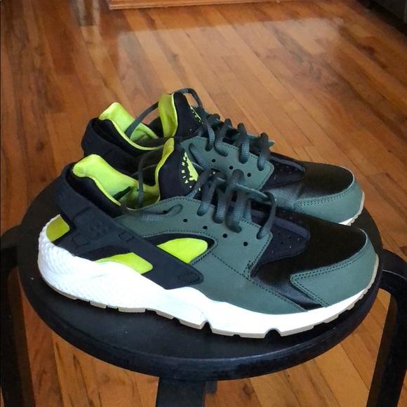 ecf3b95f8318 Women s Nike Air Huarache Run. M 5b85b98804ef5086c3716052